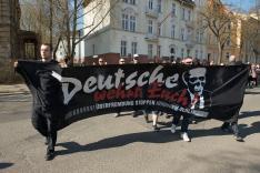 """Sebastian Thom (links) im März 2012 auf einer NPD-Demonstration in Frankfurt/Oder mit einem Transparent von """"nw-berlin"""". (Foto: Christian Ditsch)"""